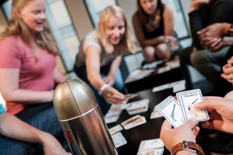 Bang! Bullet kaartspel gemaakt door Cartamundi in een metalen verpakking in de vorm van een kogel