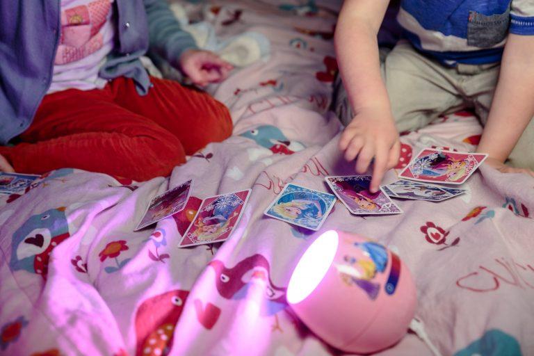 Kinderen spelen een kwartetspel