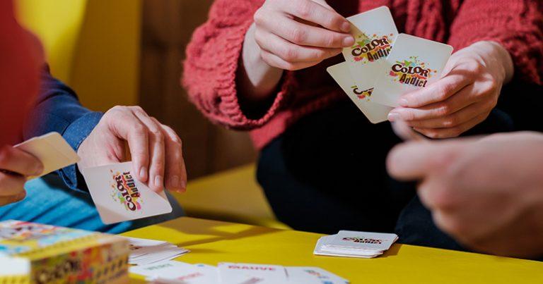 Enfants jouer jeux de cartes Color Addict