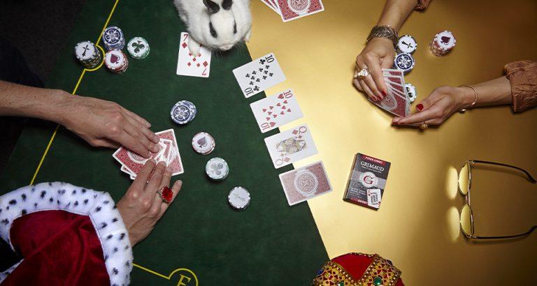 Personnes en jouent cartes à jouer Grimaud